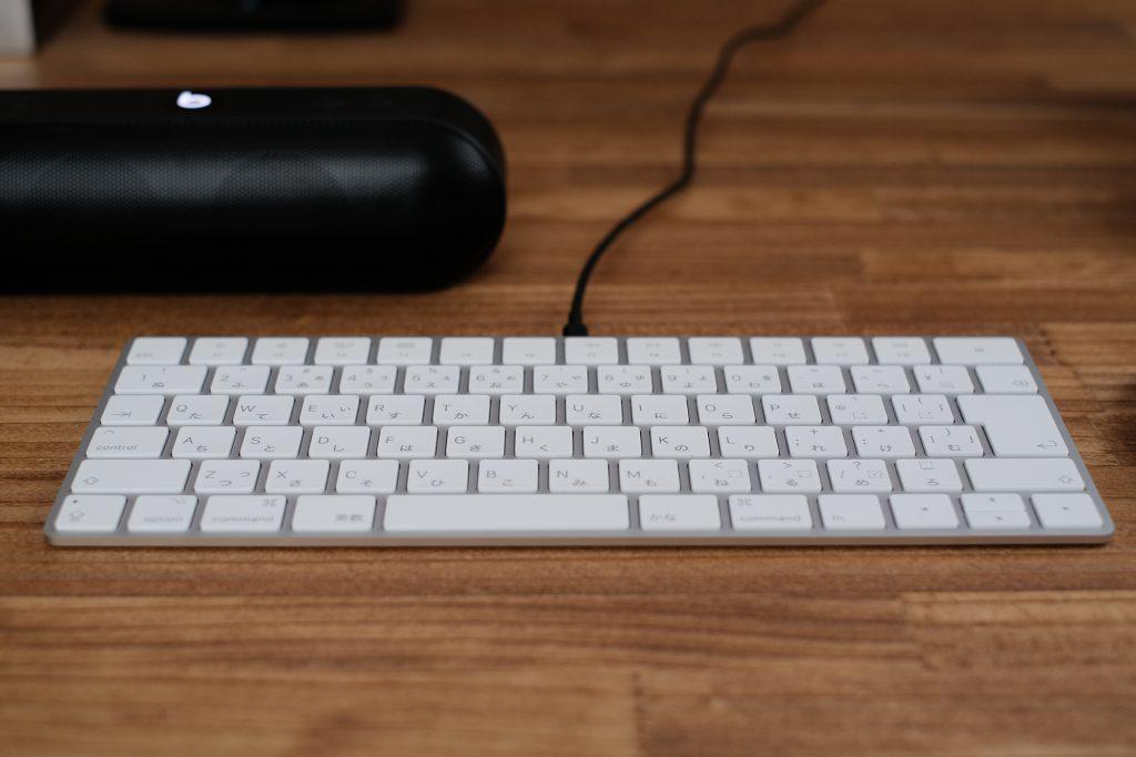 Beats Pill+でマジックキーボードを充電
