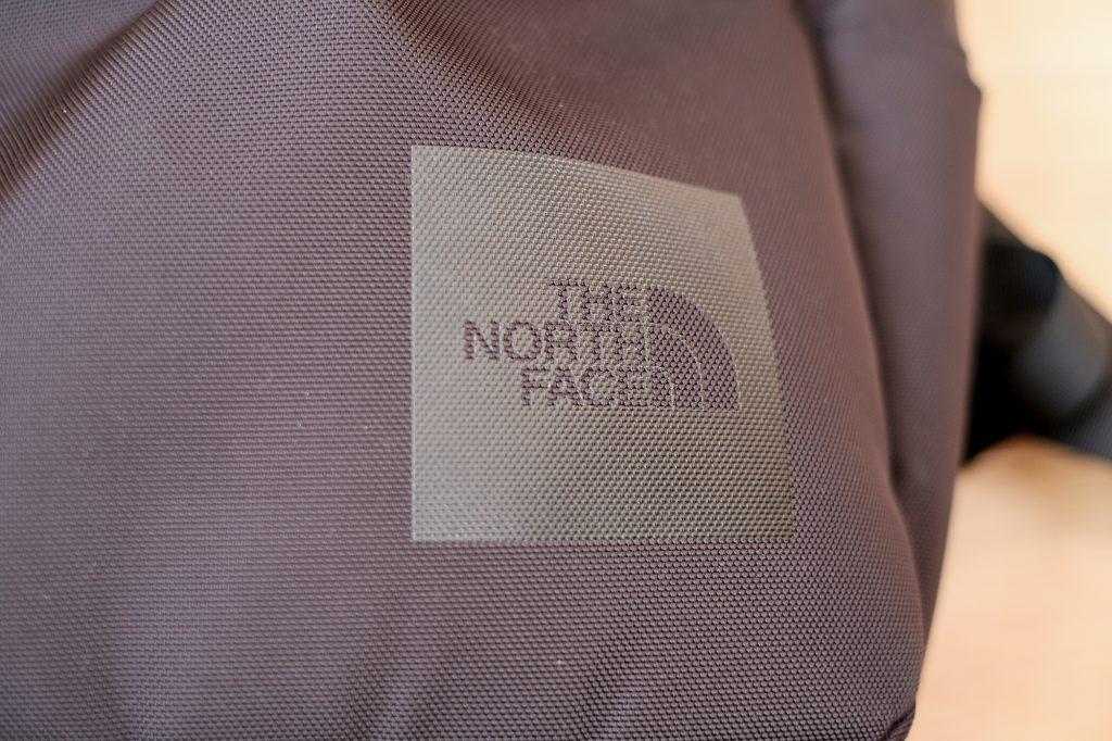 ノースフェイス シャトル デイパックはロゴが目立たない