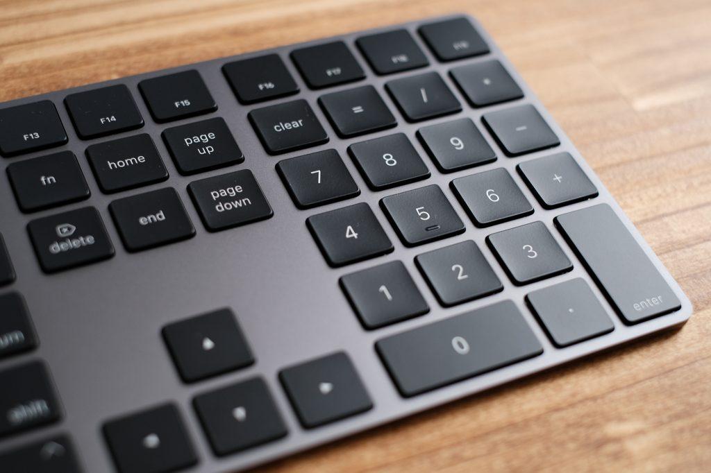 スペースグレイ マジックキーボードはテンキーが便利
