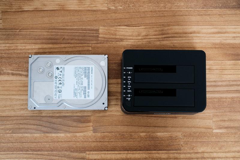inateck HDDスタンドと3.5インチハードディスクの大きさ比較