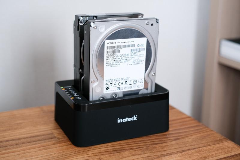 inateck HDDスタンドにハードディスクを入れた2