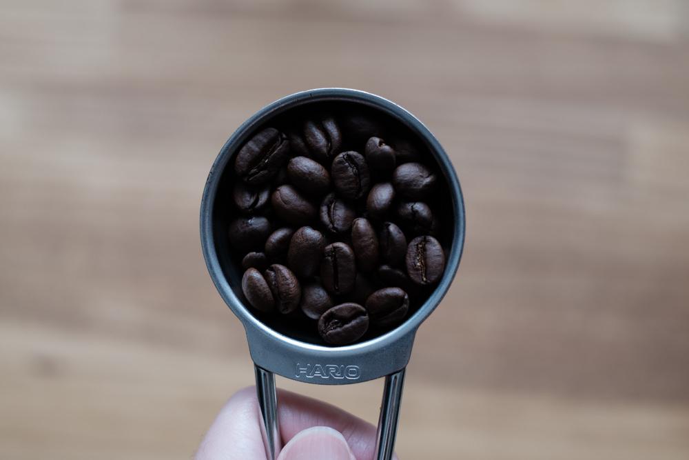 コーヒー豆を計る