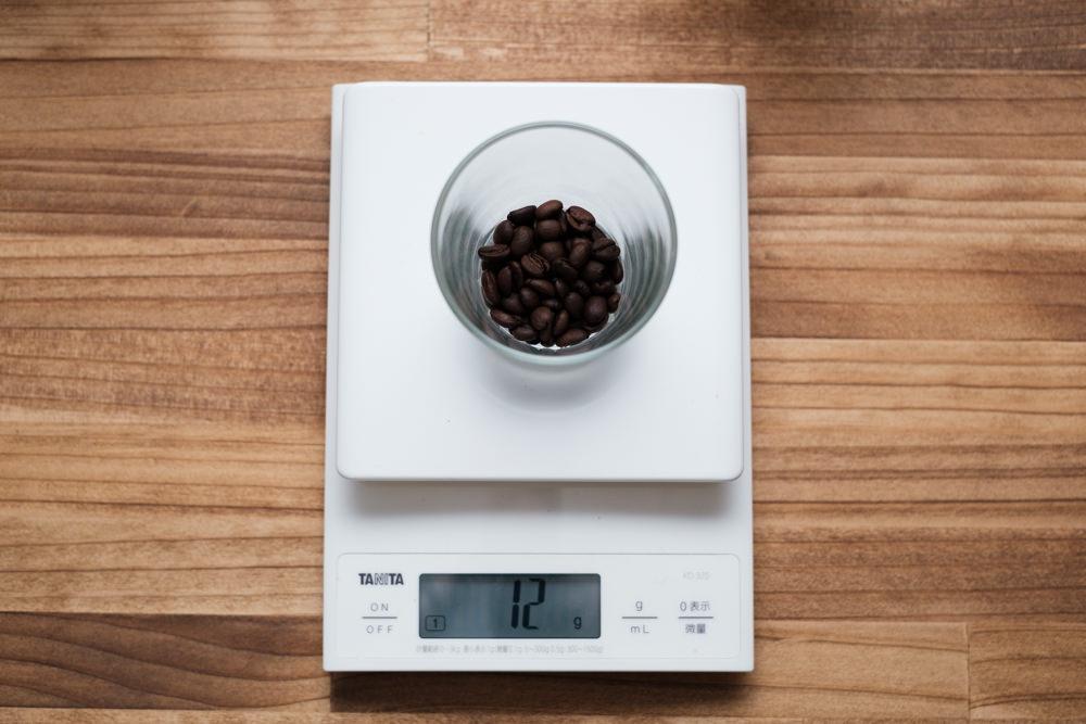 スケールに乗せて豆の量を計る