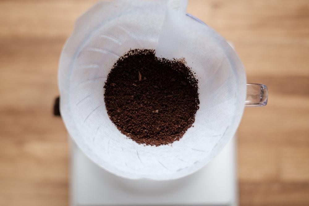 挽いたコーヒー豆をドリッパーにセット