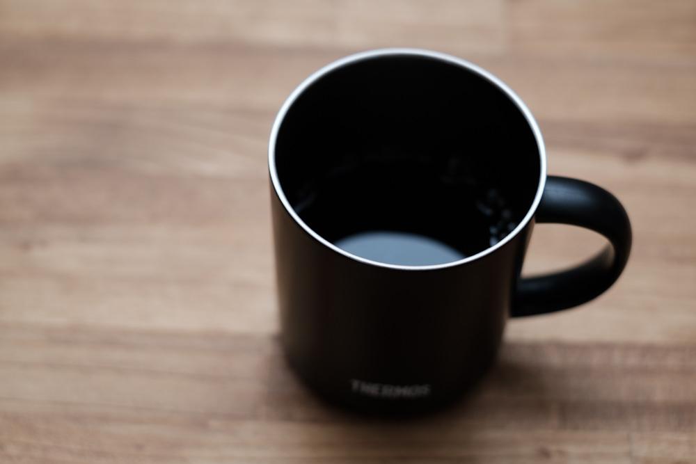 できあがりのマグカップに入ったコーヒー